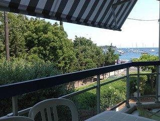 Entre mer bleue de la Cote d'Azur et roches rouges du massif de l'Esterel.