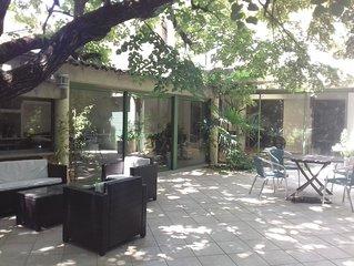 Maison avec piscine et jardin arbore a 10 minutes a pieds des remparts !