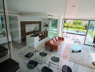 CAP D'ANTIBES- Superbe villa contemporaine neuve, prestations raffinées, piscine