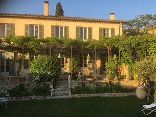 Lourmarin face au chateau ,bastide ancienne, jardin de cure et piscine