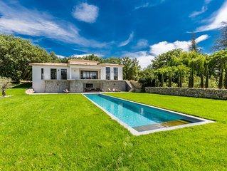 Superbe maison d'architecte, en pleine campagne provençale, au pied du Lubéron.