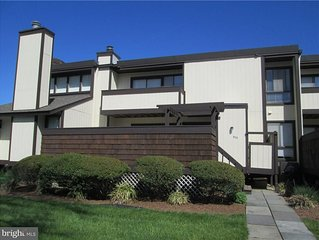 Your family getaway! 2-story townhome. 5 min.  walk - Beach, Restaurants, Shops.
