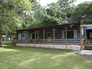 WALKING DISTANCE TO GUADALUPE RIVER W/KAYAKS, BBQ & FIRE PIT - SPRING BREAK!
