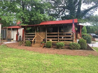 Cozy Mountain Cottage , Dog friendly, close to Clayton