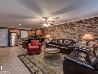 Cozy flat less than one mile to Razorback Stadium and University of Arkansas
