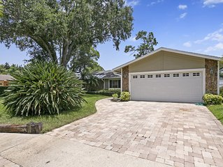 Beautiful Coastal-style Oasis! Heated POOL. 5min to BEACH! 8 Guests.