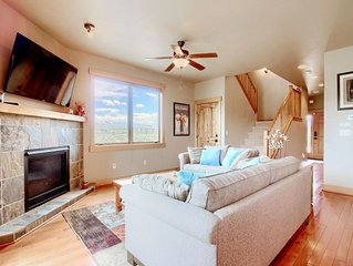 Spacious Townhome 3 Bed 2.5 Bath to Sleep 8 and Private Hot Tub