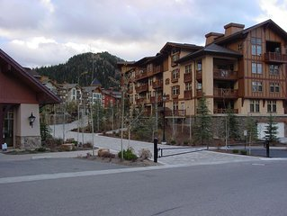 Ski-In/Ski-Out Mountain View Condo with Vaulted Ceilings