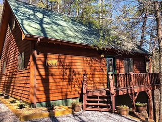 Gorgeous Cabin with hot tub, firepit, outside tv and only 3 miles from Helen