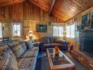 Enchanting, dog-friendly cabin w/full kitchen & fireplace-near town