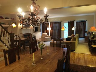 Elegant Townhouse - Heart of the Village - Luxury Abounds