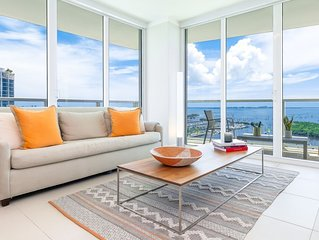 OVERLOOKING THE OCEAN! WRAP-AROUND BALCONY. FREE: PARK, POOL, GYM, 75Mb WI-FI