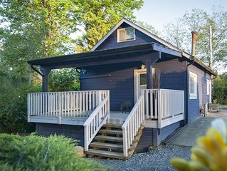 Adorable Cottage! Only a few steps from Thunderbird Show Park and Ft. Langley