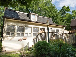 Cottage, pet friendly, best sunsets and king bed, wifi! bbq / grill, parking