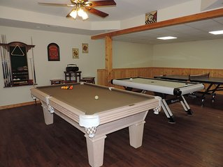 Luxury River Front Cabin Hot Tub, Large Game Room, Fire Pit by the River, WiFi.