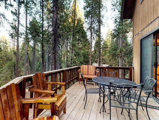 Large cabin with shared pool and lake access near ski resorts