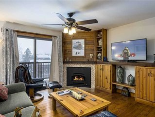 Renovated mountain condo with shared pool, hot tubs, sauna, clubhouse & winter s