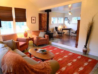 College District Art House * Patio * Walk to Downtown * Sleeps 5