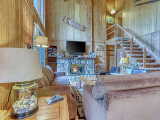 Second floor condo w/vaulted ceilings, slope views and private balcony