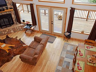 Gorgeous Upper Valley Cabin, Bar/Game Room, Hot Tub, Free Wifi, Washer/Dryer