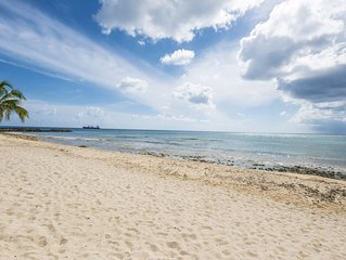 3 Bedroom stunning condo in the heart of Seven Mile Beach