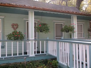 1894 Vintage Cottage In Downtown Historic Eureka Springs.