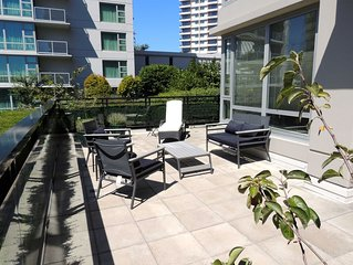Large Sunny South Facing Terrace, Free Parking - Many Amenities