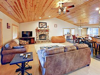 3BR w/ Private Hot Tub & Large Deck - 1 mile to Snow Summit & Bear  Mountain