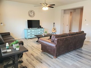 Cozy 4 bed 2 bath home only 3.5mi from Cardinals Stadium/ Westgate