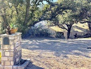 Pecan Creek Haus - Cozy Hill Country Retreat