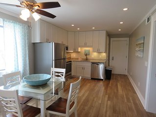 Oceanfrnt resort 2BR, pristine, Bars, pools, tennis pickle ball.beach near unit