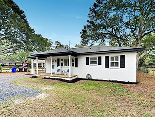 Lovely Home + Charming Cottage w/ Updated Beds & Decor, Near Beach & Downtown