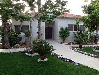 6BR Villa in Caesarea, Private pool, Walk to Beach, Kosher Kitchen