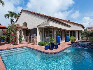 Gorgeous Pelican Bay Villa with Private Pool , Beach Club and Fitness Center!