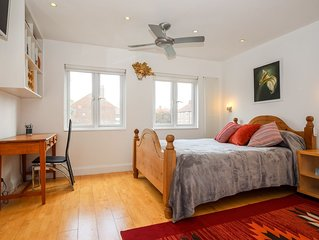 Spacious Studio in Kew with lots of light