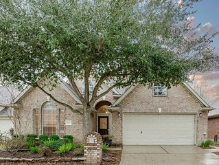 Furnished 3 bed 2 bath w/screened porch 5 minutes from I-45 20 Mints. to IAH