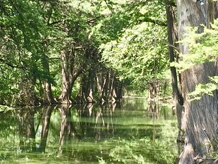 Private Frio Riverfront, Luxury Lodge, Views, Volleyball, Kayak, Linens