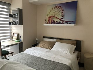 McKinley Condo with FIBR WIFI/Cable/Netflix, beside Venice Mall, near Airport
