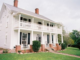 Quintessential Farmhouse Experience In The Heart Of Downtown Dahlonega.