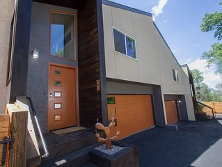 Newly Renovated Rustic-Modern Townhome B in Ivy Wild/Downtown