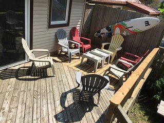 Big DECK Cottage, only 3 minute walk to BEACH 4 bdrms, sleeps 11, parking 4 cars