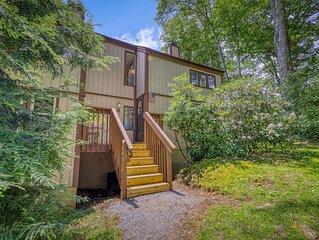 Modern-meets-mountain condo w/private balcony, walk to ski lodge!