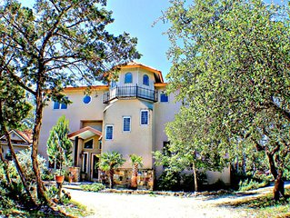 3,300 sq ft Canyon Lake View-Secluded, Hot Tub, Free WiFi with Numerous decks!