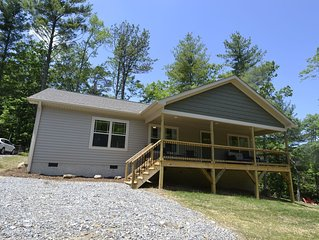 Near Asheville*Hot Tub* New Home*Mountain Views*family friendly*Fire pit