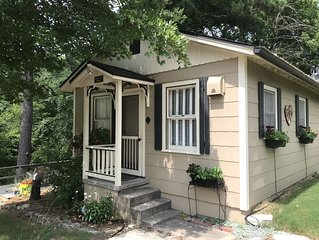 Beautiful 1 bedroom Cottage with Jacuzzi located on the historic loop