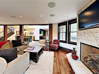 Luxury ski-in/ski-out vacation rental w/ community pool and hot tub