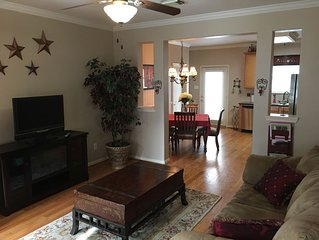 **SPACIOUS TOWNHOME IN THE HEART OF EAST DOWNTOWN HOUSTON (EaDO)** SLEEPS 6