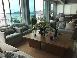 Beautiful Penthouse - pool / beach access/ excellent view of the bay