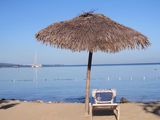 Secluded sea-view apartment 2 mins from beach, WiFi, 24hr security