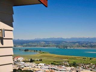 'Commodore' - Modern with Panoramic Sea Views!